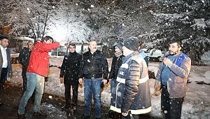 Başkan Palancıoğlu, gece çalışmalara katıldı, yolları temizledi