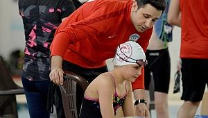 12 yaşındaki görme engelli yüzücü Cemre, 6 yılda 22 madalya kazandı