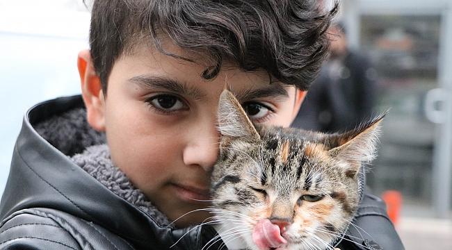 Sokakta bulduğu kediye üzüldü, montuna sarıp veterinere götürdü
