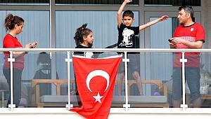 Çocuklar bayramlarını balkondan kutladı