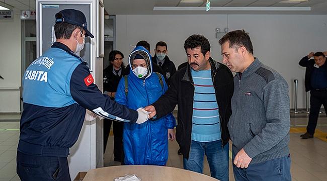Kayseri Büyükşehir Belediyesi Zabıta ekipleri hastanelerde maske dağıttı