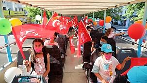 Başkan Yalçın, pandemi döneminde kitap okuyan çocukları sütü açık otobüsle gezdirdi