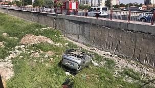 Otomobil su kanalına düştü: 1 yaralı