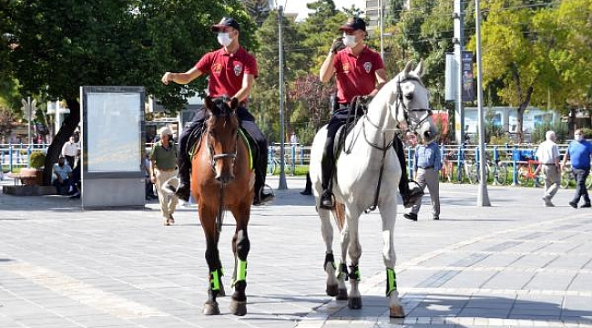 Atlı polislerden maske ve sosyal mesafe denetimi