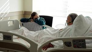 Emekli olduğu hastanede, koronavirüse yakalanan annesine refakat ediyor