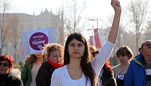 Kadınlar bu süreçte şiddetin her türüne daha çok maruz kalmakta