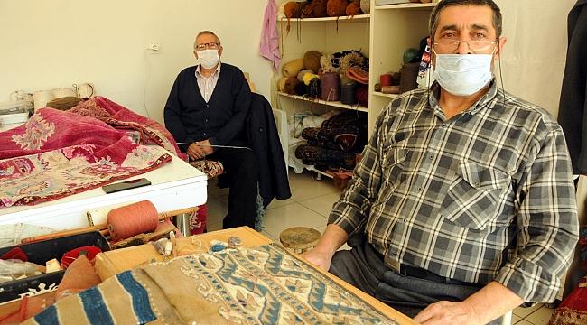 İki kardeş, 52 yıldır eski halılara hayat veriyor