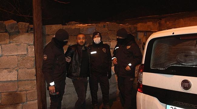 Polisin 'dur' ihtarına uymayan 2 şüpheli kovalamaca sonucu yakalandı