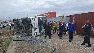 Servis midibüsü devrildi: 1 ölü, 19 yaralı