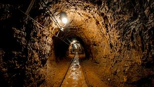 Göçük altında kalan madenciyi arkadaşları kurtardı