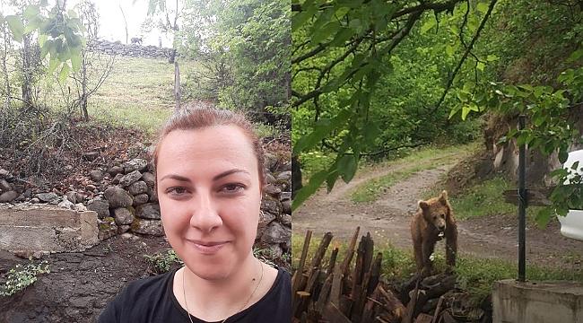 Köye inen ayı ile selfie yaptı
