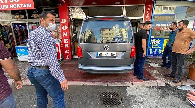 Otomobil lokantaya böyle girdi