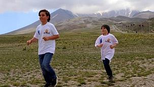 2 kardeş, 800 metre yerine 12 kilometre koştu
