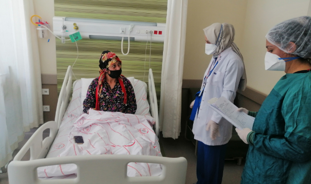 Aşı yaptırmayan hamile kadın hem çocuğunun hem de kendi sağlığının düzelmesi için tedavi görüyor