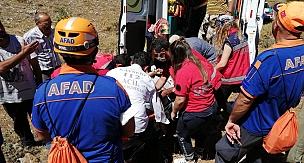 Çay toplarken dağda mahsur kalan şahsı ekipler 4 saat boyunca sedyede taşıdı
