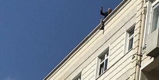 İntihar için çatıya çıkan şahsı il emniyet müdürü ikna etti