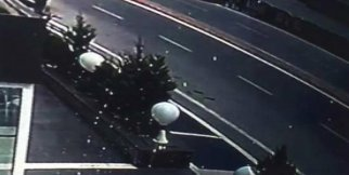 Otomobilin çarptığı çocuk çatıya düştü